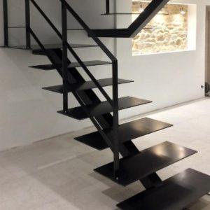 металлический косоур для лестницы