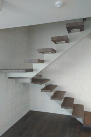 Лестница на металлическом сварном каркасе и дубовыми ступенями