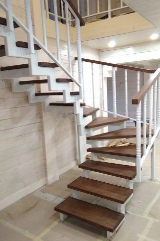 Лестница на металлическом  каркасе и дубовыми ступенями и ограждением из металла