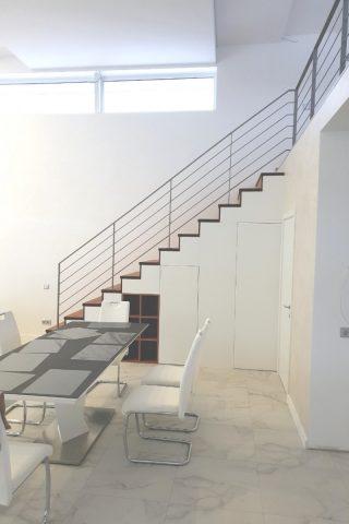 лестница  прямая с металлическим ограждением