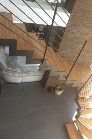 лестница на стальных тетивах с металлическим ограждением