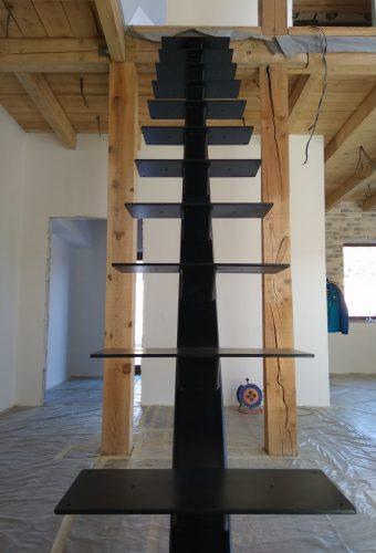 металлический каркас лестницы Мочаны