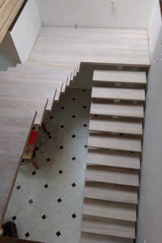 лестница на металлическом каркасе с дубовыми ступенями