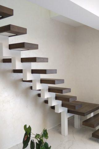 лестница на центральном косоуре с дубовыми ступенями