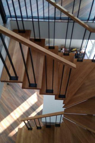 лестница центральный косоуре,  ступени дуб, ограждение металл